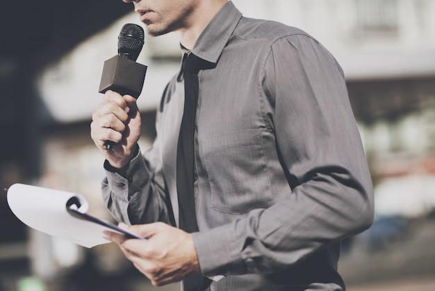 Журналист говорит в микрофон Premium Фотографии