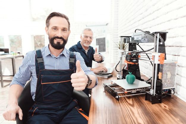 ひげを持つエンジニアが座っているとカメラのためにポーズ Premium写真