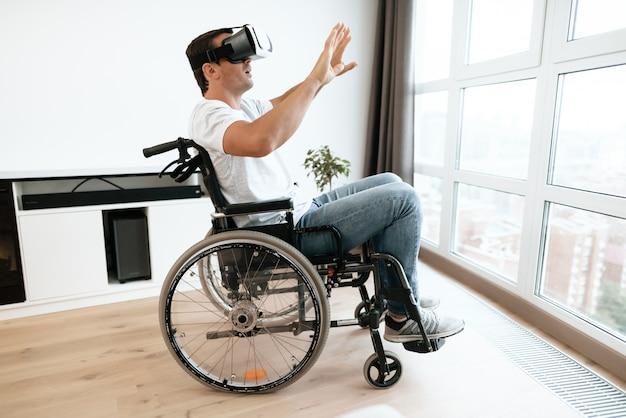 仮想現実の眼鏡で車椅子の障害者 Premium写真