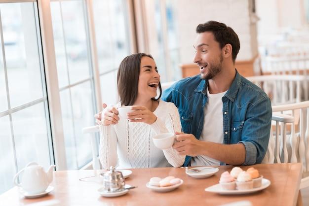 男と女が一緒にカフェに座っています。 Premium写真