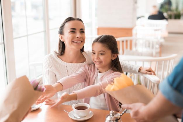 幸せな興奮している女の子のお母さんと娘と花。 Premium写真