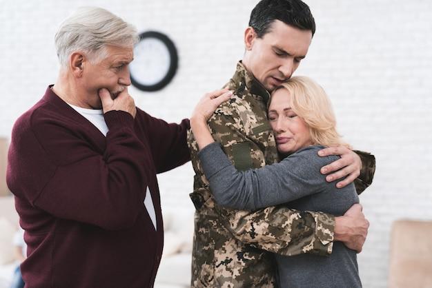 男は家族や両親に別れを告げる。 Premium写真