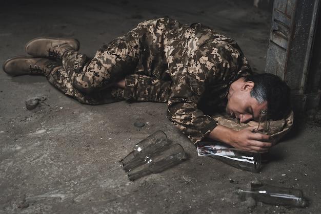男は地下室で酔って寝ています。 Premium写真