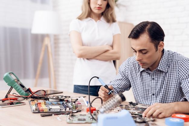 家でマスター修復家電を探している女性。 Premium写真