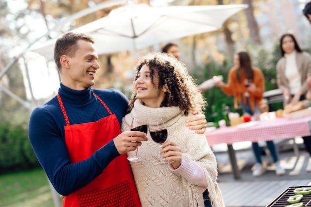人々は楽しみを持っています、彼らは食べ物を調理し、アルコールを飲みます。 Premium写真