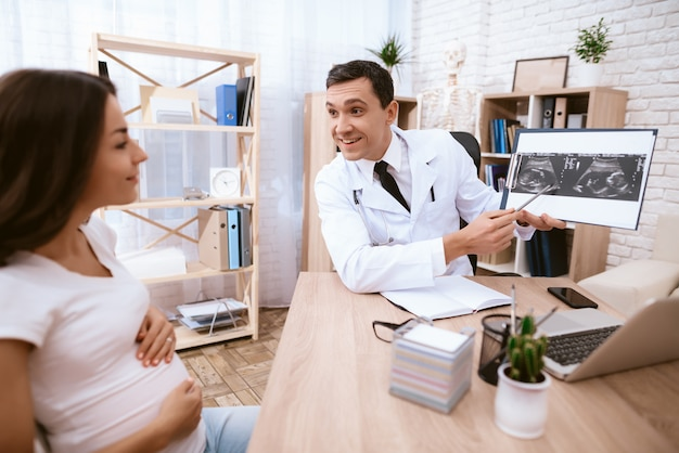 妊娠中の女の子が診療所の医者に来ました。 Premium写真