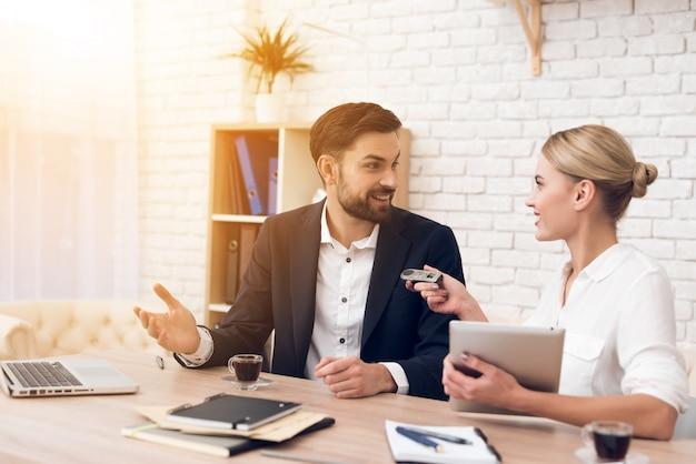 Обсуждение между людьми в бизнес-подкасте. Premium Фотографии
