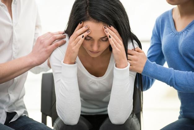 意気消沈した若い女性が椅子に座っています。 Premium写真