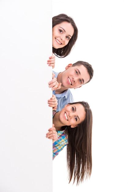 笑顔の学生が立っています Premium写真