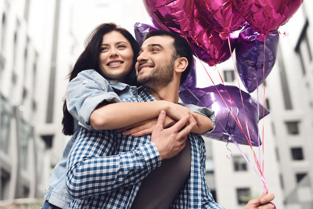 魅力的な女の子抱擁男ラブストーリーハッピータイム。 Premium写真