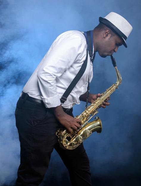白いシャツのサックス奏者の黒人男性 Premium写真