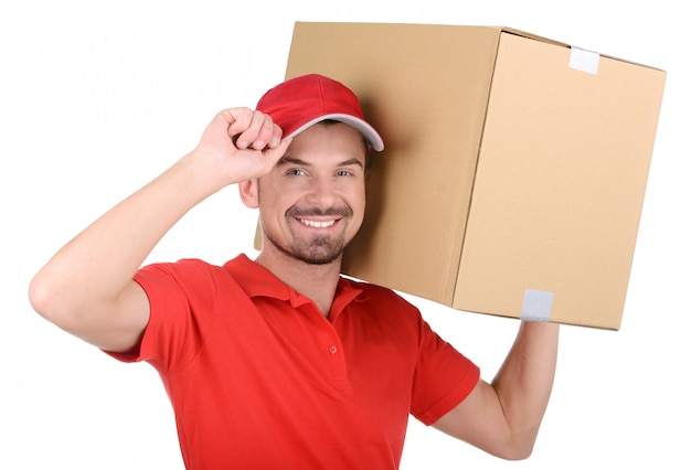 Доставщик держит коробку на плече. Premium Фотографии