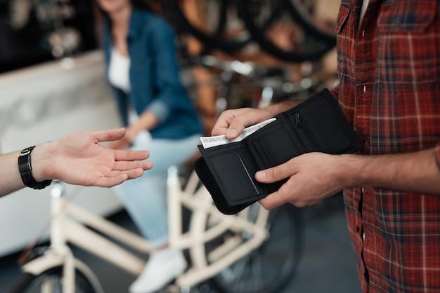 男性の手のクローズアップは売り手にお金を与えます Premium写真