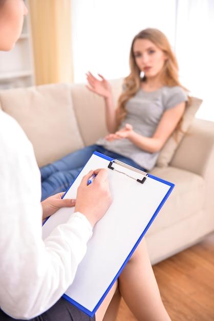 問題について心理学者と話す女性。 Premium写真