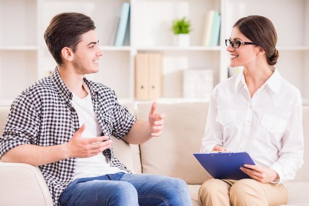 心理学者は彼女の患者とのセッションを持ちます。 Premium写真