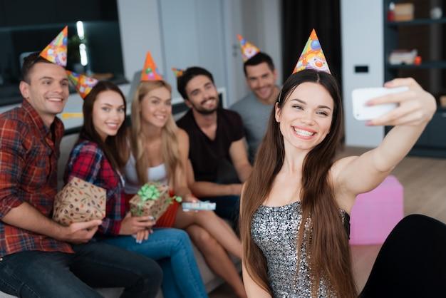 誕生日の女の子は自分撮りをする。誕生祝い。 Premium写真
