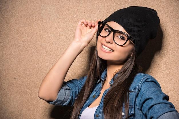 長い毛を持つメガネの若い美しさブルネットの少女。 Premium写真
