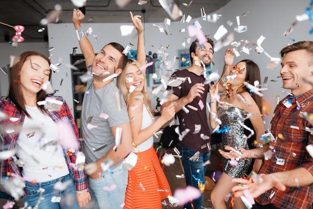 パーティーで陽気な人。紙吹雪の誕生日パーティー。 Premium写真