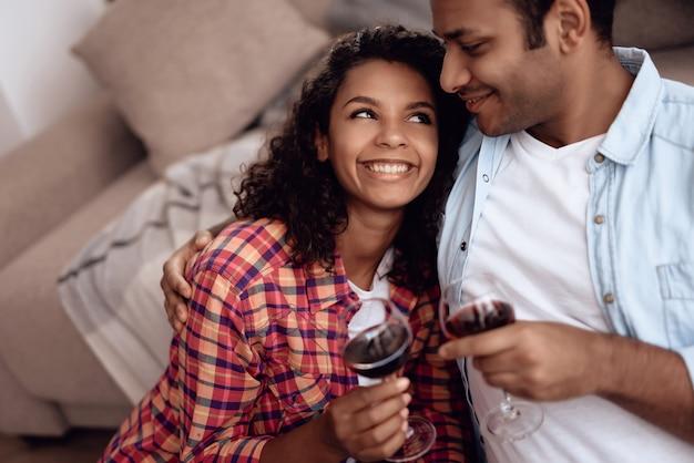 Афроамериканская пара пьет вино на романтическом свидании Premium Фотографии