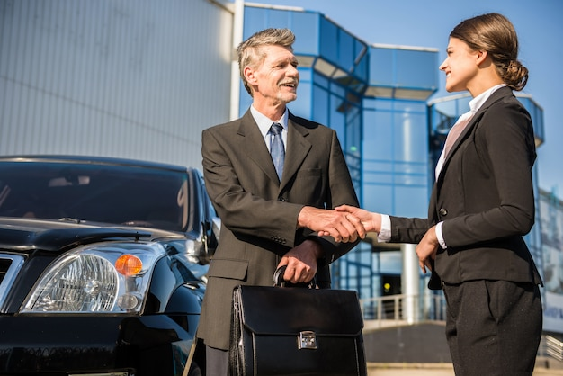 握手のスーツを着た自信を持っているビジネスマン。 Premium写真