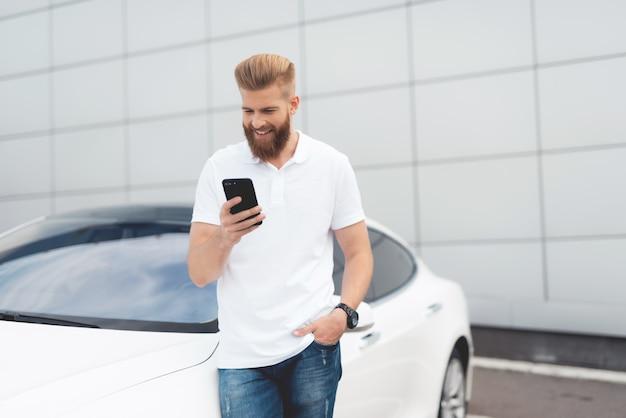 Молодой мужчина турист с помощью смартфона Premium Фотографии