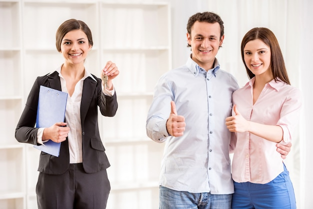 幸せな若いカップルが親指を現しています。 Premium写真