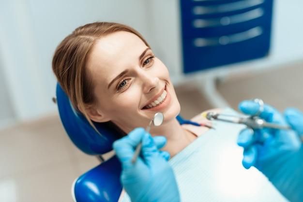 患者訪問口腔病学歯科医は歯を調べます。 Premium写真