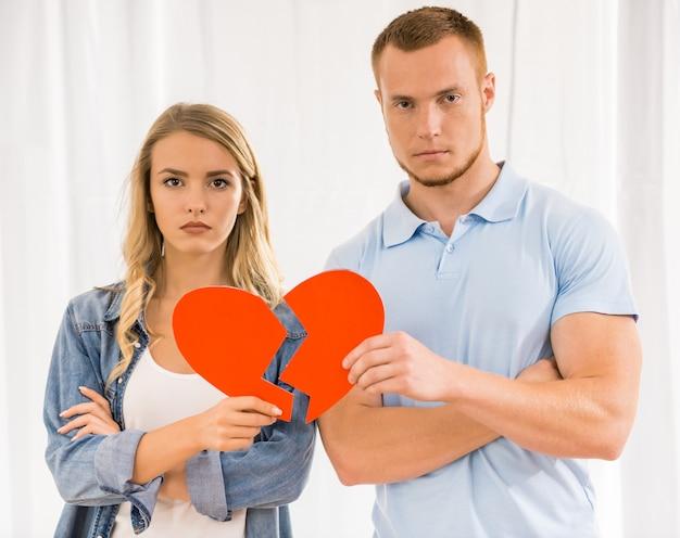 傷ついた心を持って悲しい若いカップル。 Premium写真