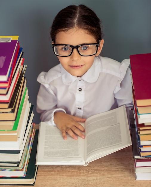 学校の制服を着た魅力的な少女。 Premium写真