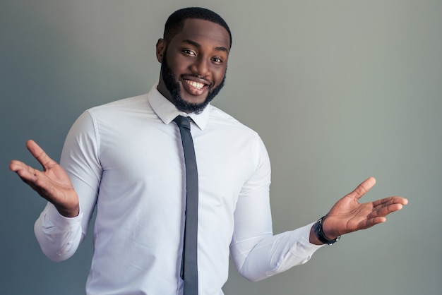 白の古典的なシャツのアフロアメリカンビジネスマン。 Premium写真
