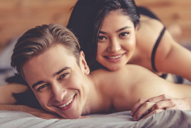 美しい若いカップルはカメラ目線と笑顔します。 Premium写真