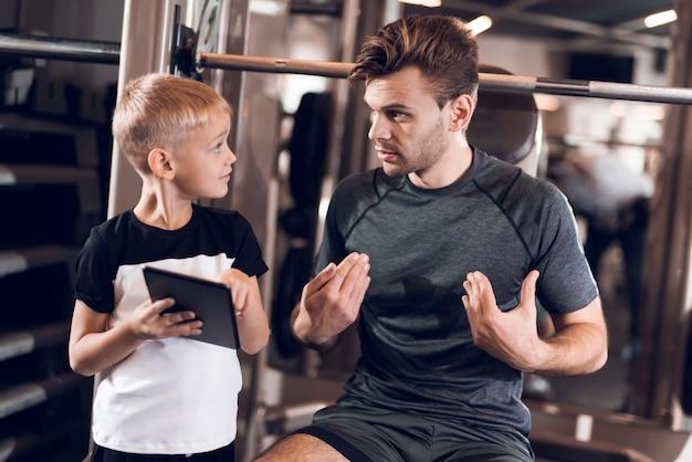 父と息子の健康的なライフスタイルの時間一緒に。 Premium写真