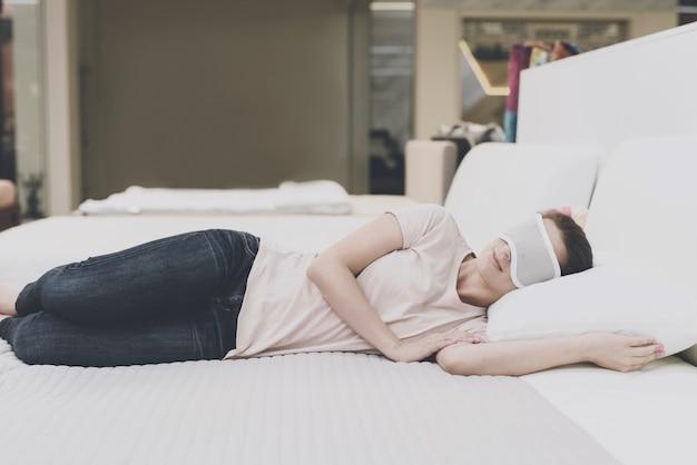 その女性は目に目隠しをして眠りについた。 Premium写真