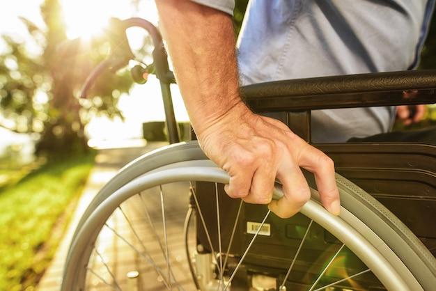 男は車椅子に座る。障害者支援 Premium写真