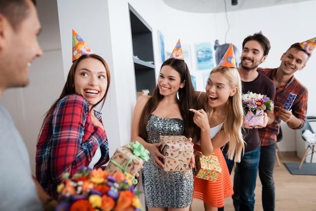 人々のグループは誕生日の女の子のための驚きを準備しています。 Premium写真