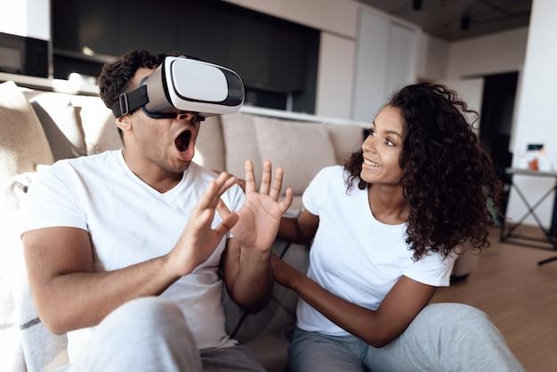 Человек надевает шлем виртуальной реальности на голову и смотрит. Premium Фотографии