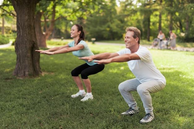 自然の中で運動をしているカップル。 Premium写真