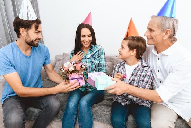 義理の息子と父は、誕生日のお母さんを祝福します。 Premium写真