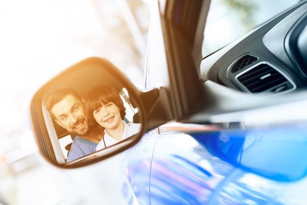 家族は新しい車を買うためにショールームにやって来た。 Premium写真