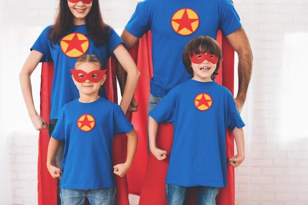 スーパーヒーローの赤と青のスーツの若い家族。 Premium写真