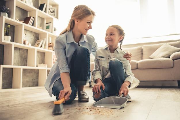 女性と彼女のかわいい娘は話していると笑顔です。 Premium写真