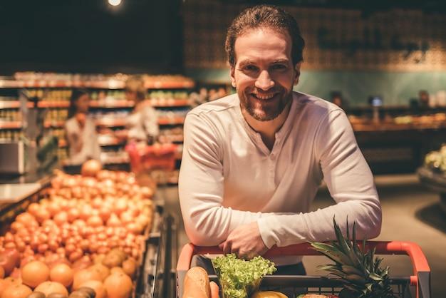 ハンサムな男はカメラ目線と笑顔します。 Premium写真