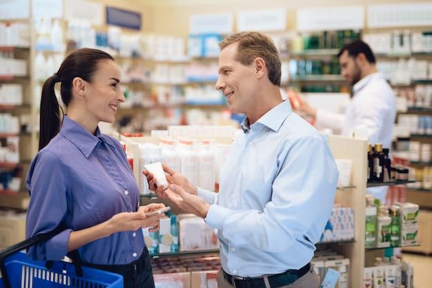 男と女の薬局で薬を選ぶ。 Premium写真