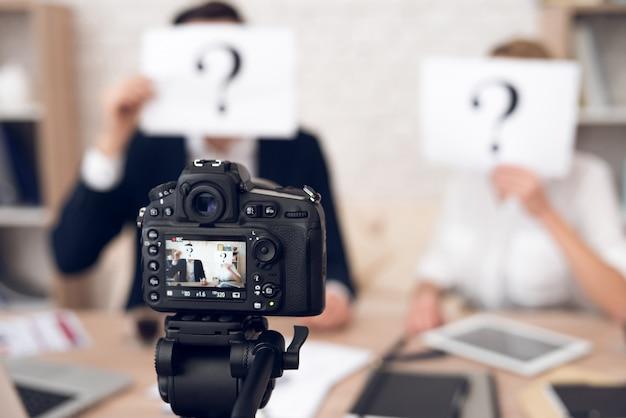 Бизнесмен и предприниматель, показывая вопросительные знаки. Premium Фотографии