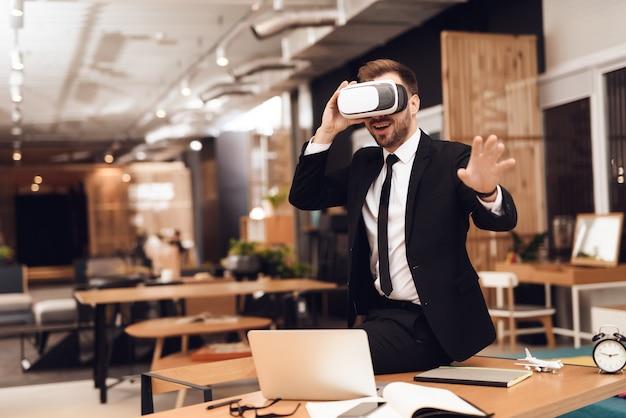 仮想現実を覗いてビジネススーツを着た男。 Premium写真