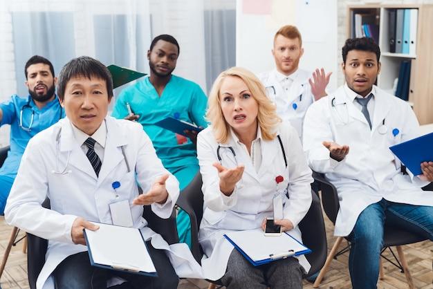 女医がカメラの前で誰かと主張しています。 Premium写真