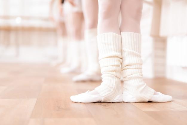 バレリーナの足は床の上で訓練しています。 Premium写真