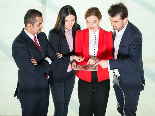 ビジネス人々のグループが一緒に働いています。 Premium写真