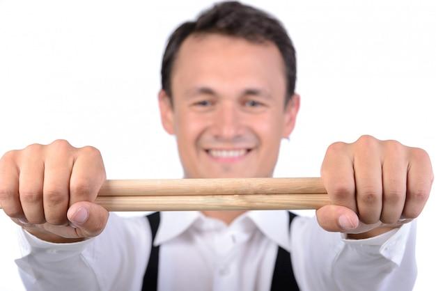 お箸で男性ドラマー。 Premium写真
