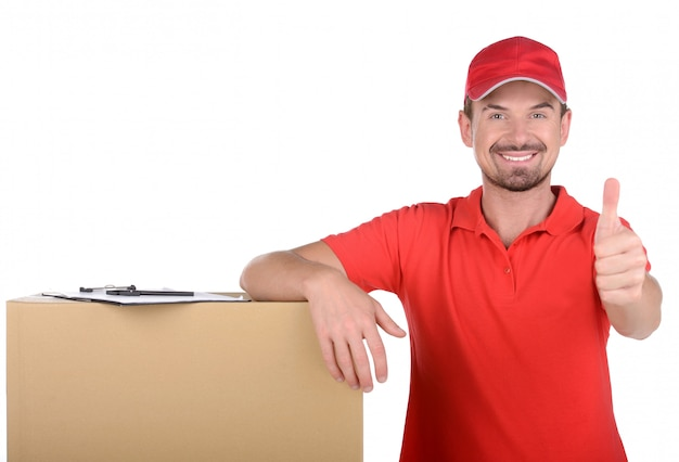 Счастливый доставщик несет коробки Premium Фотографии